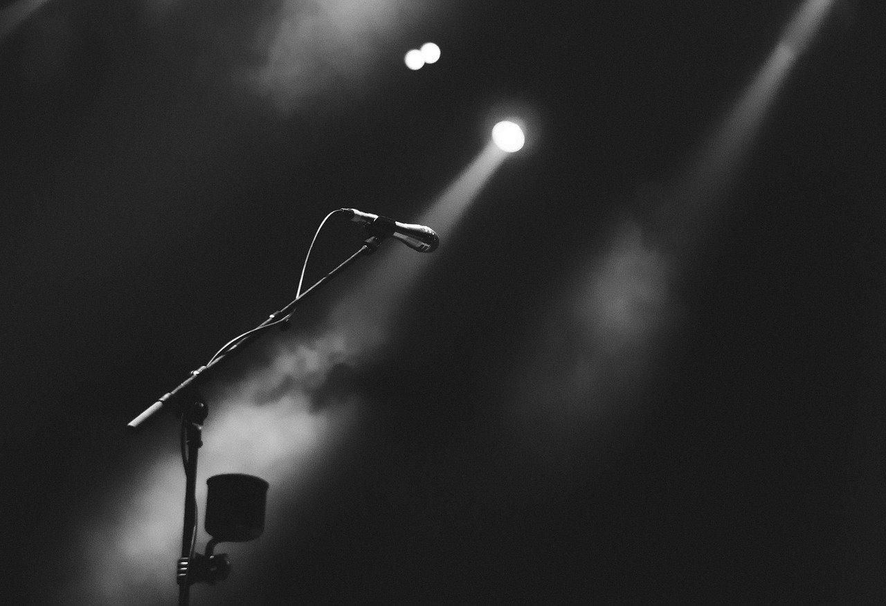 Ein Mikrofon auf einer Bühne